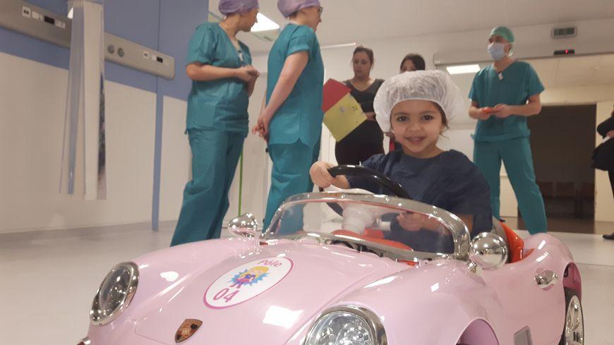 Layala en route pour le bloc opératoire avec sa porsche rose