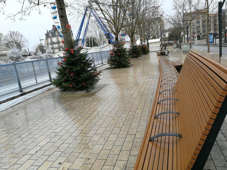Des bancs avec des arceaux place de la République à Dijon