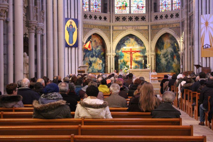 Une messe devant une basilique à moitié pleine