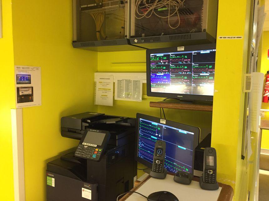 Sur ces écrans  le personnel surveille chaque patient c'est là que sonnent les alarmes