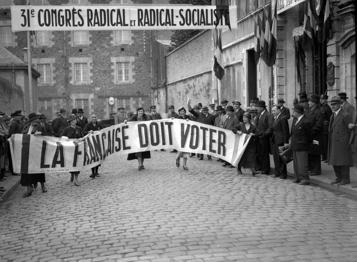 """Militantes françaises de l'association """"La femme nouvelle"""", réclamant le droit de vote pour les femmes, lors du 31è congrès radical socialiste à Nantes le 27 octobre 1934."""