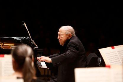 Menahem Pressler, pianiste, interprète Mozart avec le Boston Symphony Orchestra le 22 novembre 2016.