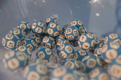 Une photo prise le 23 février 2017 à Paris montre des boules utilisées pour le tirage Loto de la Française des Jeux (FDJ)
