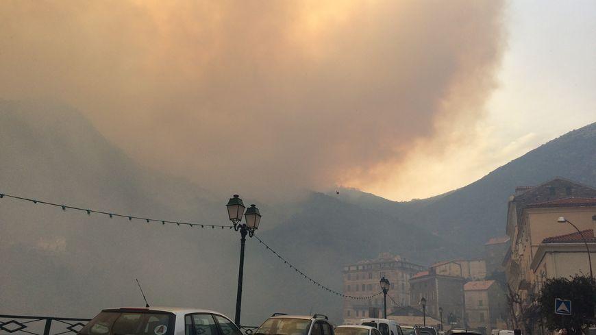 L'incendie vu du village de Cervioni ce mercredi après-midi
