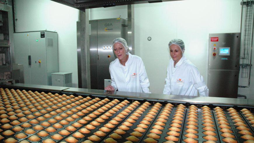 La nouvelle ligne de production produit 4.000 madeleines par heure.