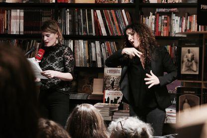 Lecture de textes érotiques par Adeline Fleury traduit en langue des signes par Théa Nougaro