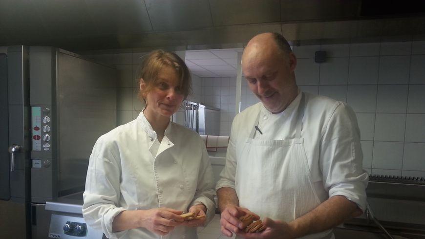 Florence Sannajust et Marc Boyer travaillent à préparer chaque jour des repas bio pour la cantine de Loubeyrat.