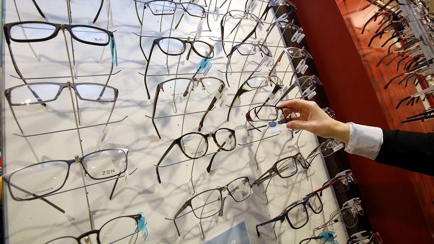 Le prix des verres de lunettes varie du simple au double pour une même correction, dénonce l'UFC-Que Choisir.