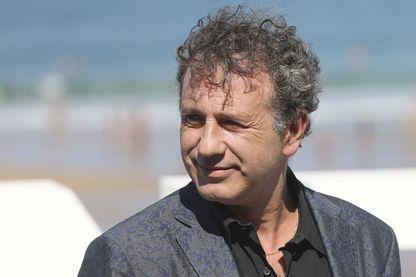 """: Emmanuel Finkiel pendant la présentation de son film """"La Douleur"""" au Festival international du film de San Sebastian, en Espagne, le 23 septembre 2017."""