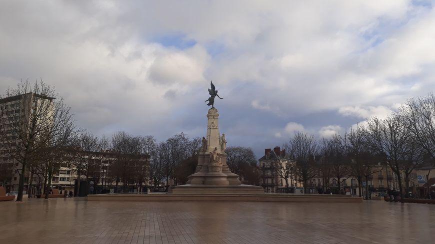 A Dijon la place de la République est connue pour être un quartier bruyant les fins de semaine avec la présence d'une dizaine d'établissements de nuit