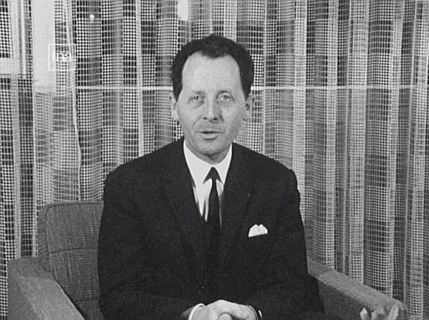 Le maire de Grenoble, Hubert Dubedout, appelle ses concitoyens à la courtoisie et à sourire, dans une allocution télévisée, à la veille du début des Jeux Olympiques d'hiver de 1968.