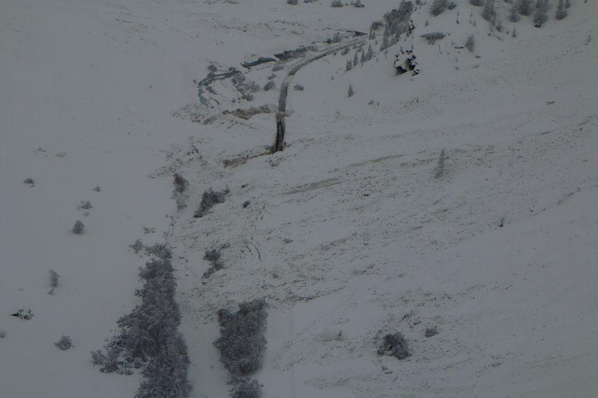 L'avalanche a engloutit la route et traversé l'Arc, l'affluent de l'Isère qui s'écoule dans le secteur