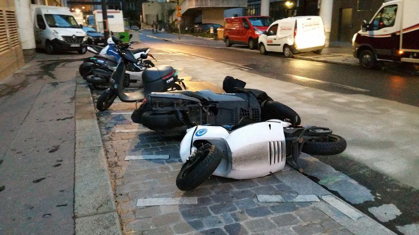 Des scooters couchés par le vent à Paris