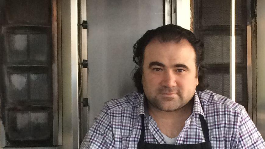 Akin Témel est le héros de la semaine. Il pose ici dans son restaurant à Terrasson.