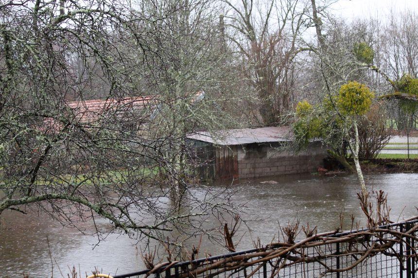 Sur la berge de l'Ognon, à Melisey, l'eau est montée haut, comme l'atteste la trace sur ce bâtiment