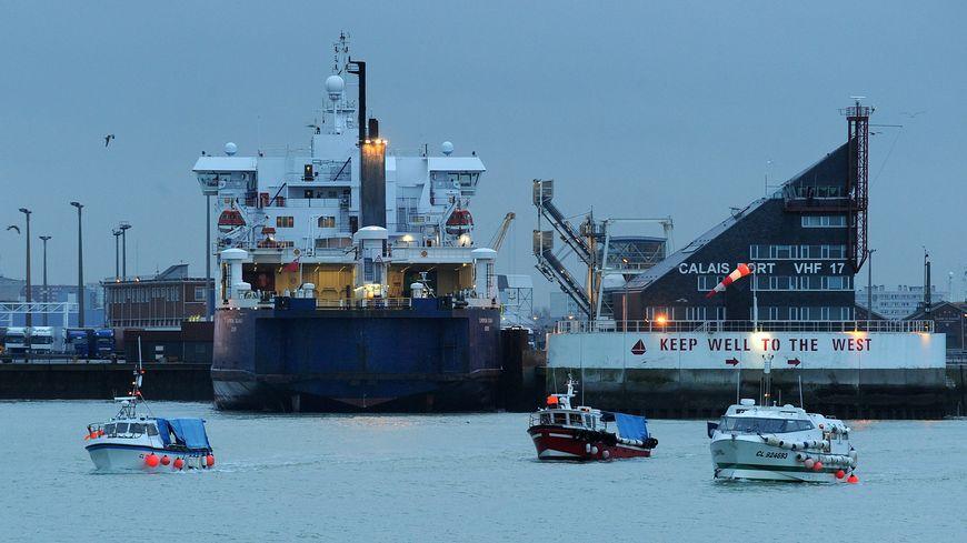 Une douzaine de petits bateaux de pêche bloquent le port de Calais. Les ferries sont à l'arrêt.