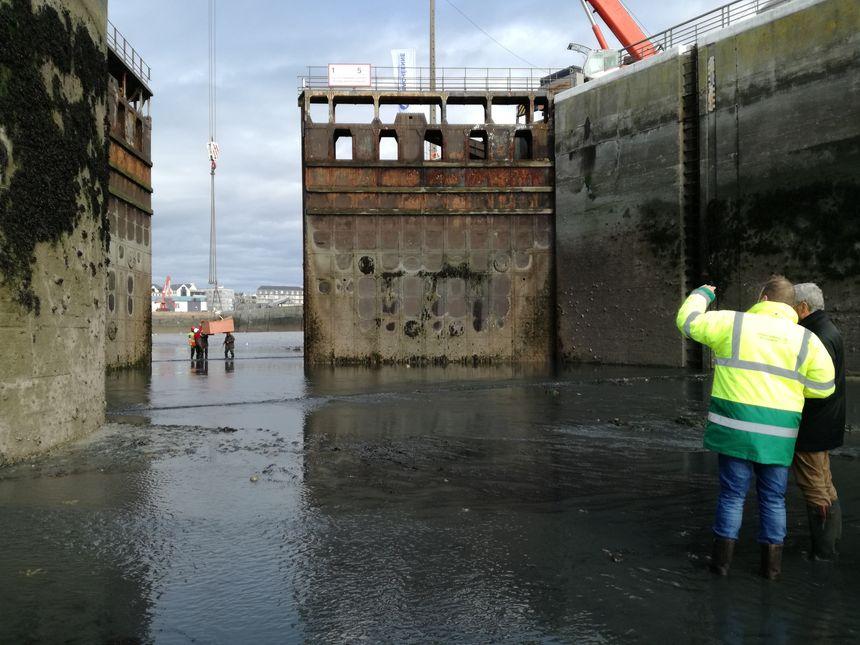 Ces portes, à l'entrée du port de commerce de Granville, ont 68 ans et sont atteintes par la corrosion.