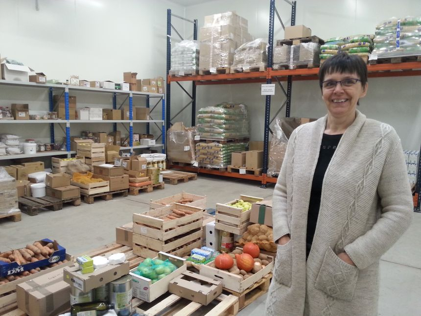 Nathalie Carthonnet, directrice d'Auvergne Bio Distribution dans son entrepôt.