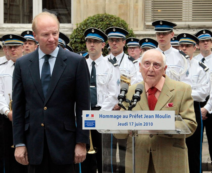 Daniel Cordier prononce un discours le 17 juin 2010 lors de l'inauguration d'une plaque à la mémoire de Jean Moulin, à l'Hôtel de Beauvau en présence du ministre de l'Intérieur Brice Hortefeux.