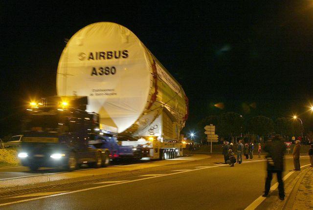 Les morceaux d'A380 rejoignent Toulouse par les airs, la mer, le fleuve et (ici) la route.