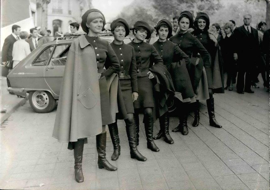 Les fameuses robes des hôtesses des Jeux Olympiques, dessinées par la chanteuse Sylvie Vartan et le couturier Pierre Balmain.