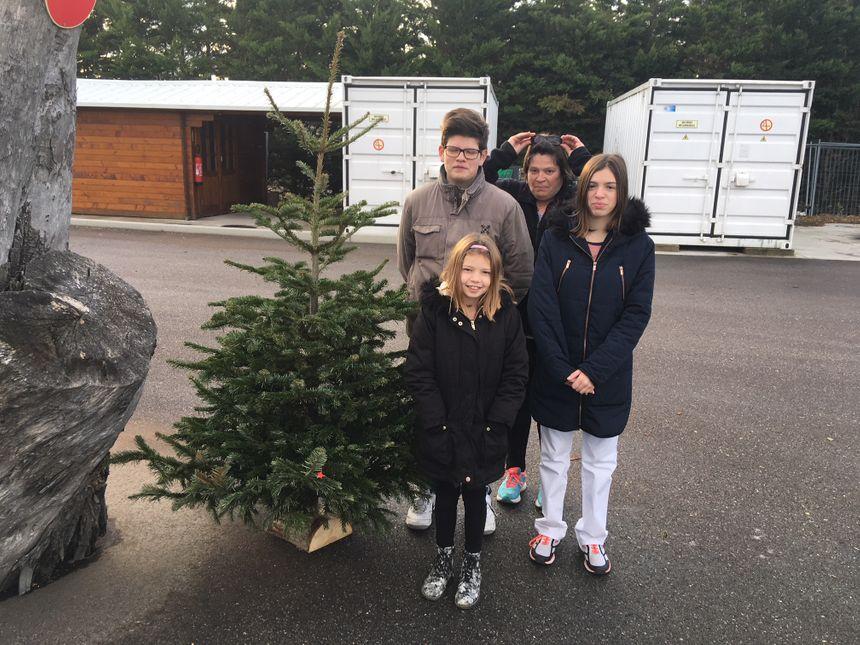 Isabelle et ses enfants apportent leur sapin de Noël à la plateforme biomasse de Pierrelatte pour qu'il soit recyclé.
