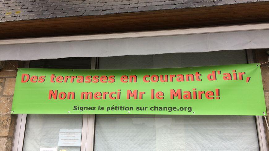 Des banderoles en guise de protestation sur les façades des bars et restaurants