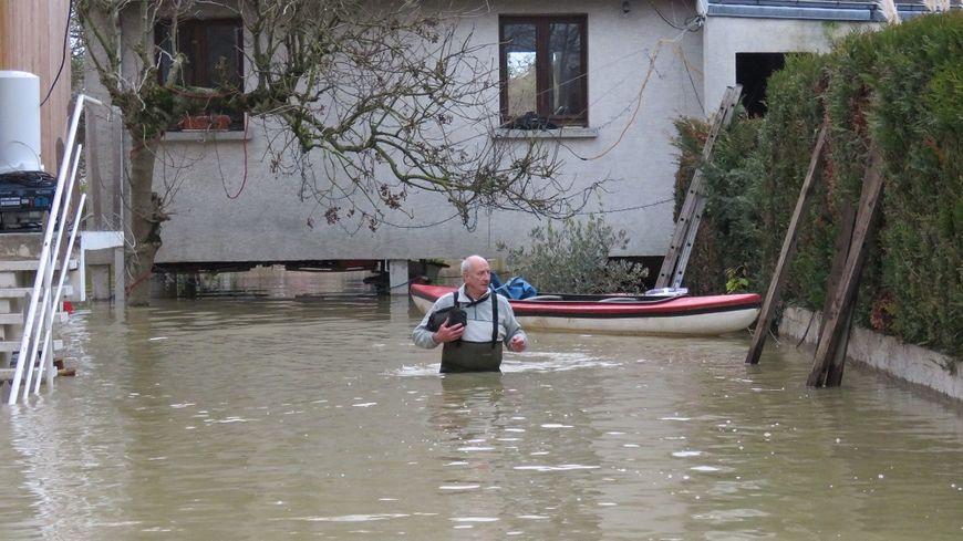 Un habitant de Crosne, dans l'Essonne, lundi.