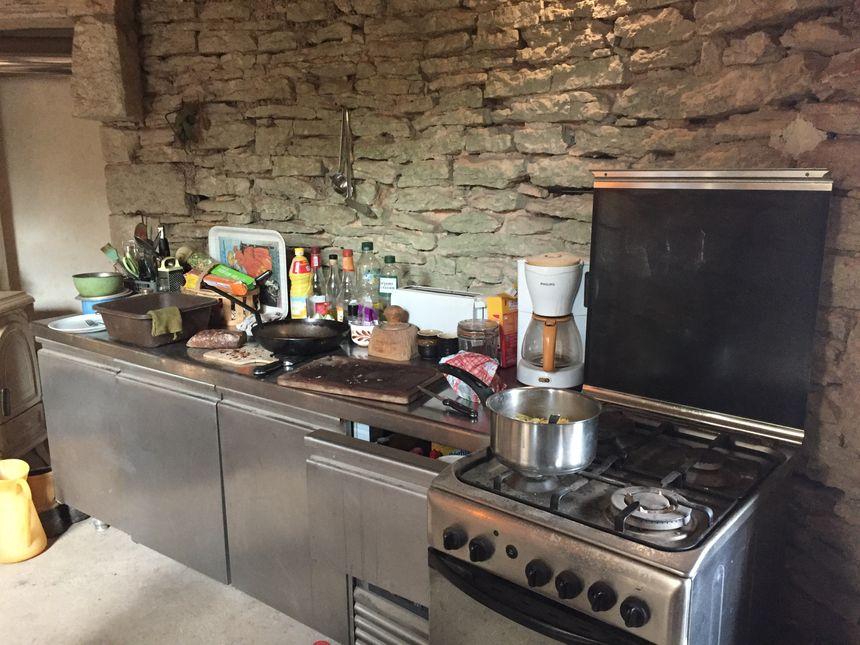 Quand on rentre dans le moulin, on tombe directement dans la cuisine qui est aussi la pièce de vie avec le poêle à bois.