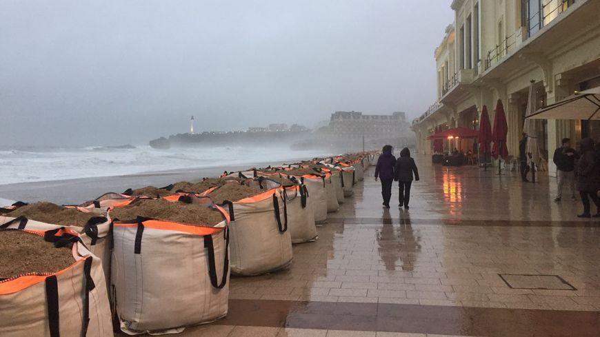 Des Big Bags sont installés sur la grande plage de Biarritz