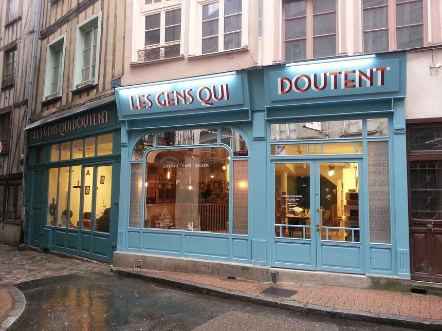 La façade de la librairie est toute bleue. Un sacré atout charme dans cette rue Lansecot de Limoges
