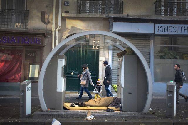 « Les parois de verre ont été délicatement enlevées …».  Exils Intra-Muros, 326 rue des Pyrénées à Paris le 11 décembre 2016 à 11h33.