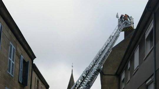 Les pompiers ont fait intervenir le camion à grande échelle pour monter sur la cheminée.