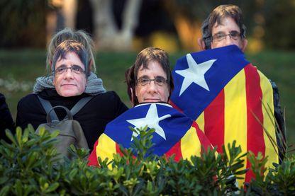 Des militants indépendantises portant le masque de Carles Puigdemont dans les rues de Barcelone