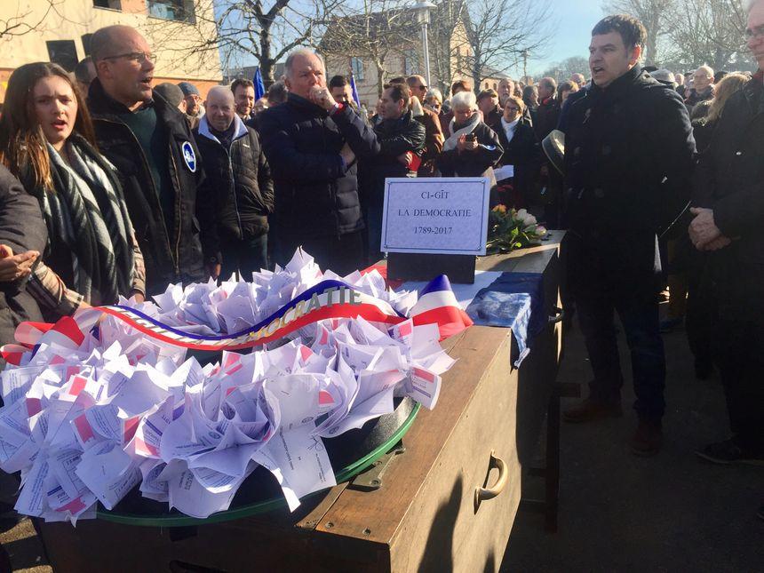 Les manifestants ont rempli un faux cercueil de leurs cartes d'électeur : ils n'iront plus voter