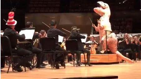 Un dinosaure remplace le chef d'orchestre