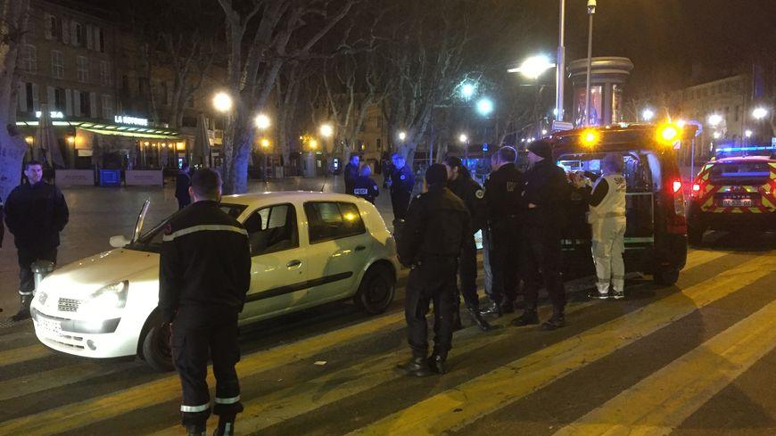 La police et les secours autour de la voiture de la victime place de la Rotonde à Aix-en-Provence