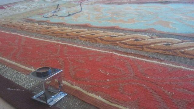 """Détail de """"L'Asie"""" (J.-B.-A. Couder), une tapisserie à observer à la loupe avant une légère restauration"""