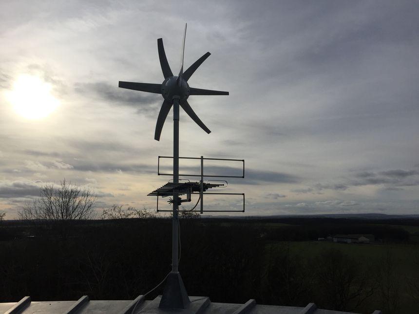 Une petite éolienne a été installée sur le toit-terrasse, elle produit un peu d'électricité car jusqu'ici les propriétaires devaient faire sans le courant
