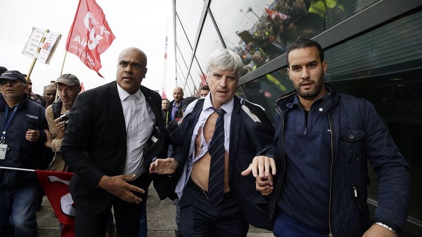 En octobre 2015, le DRH d'Air France s'était fait arracher sa chemise par des manifestants après l'annonce d'un plan social.