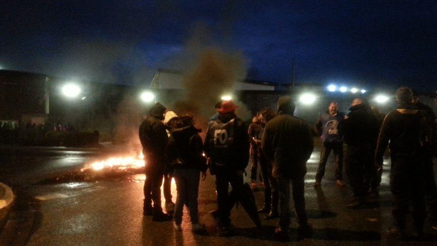 Ils sont une quarantaine ce mardi mardi matin devant la prison de Mont-de-Marsan