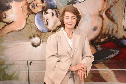 Charlotte Rampling en octobre 2017 devant un dessin d'Enki Bilal