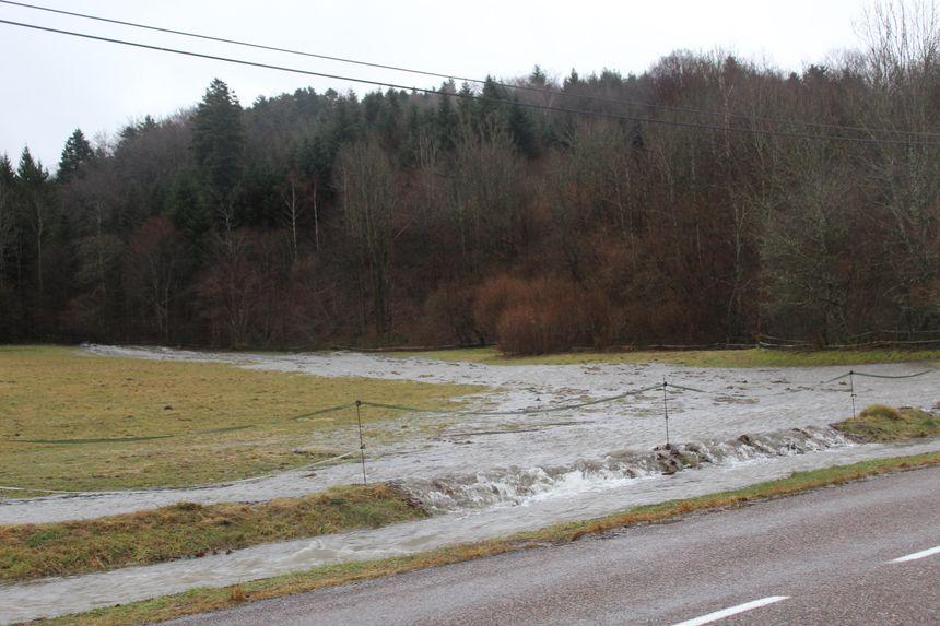 Au niveau du hameau des Larmets (Haute-Saône), un torrent d'eau dévale les prairies