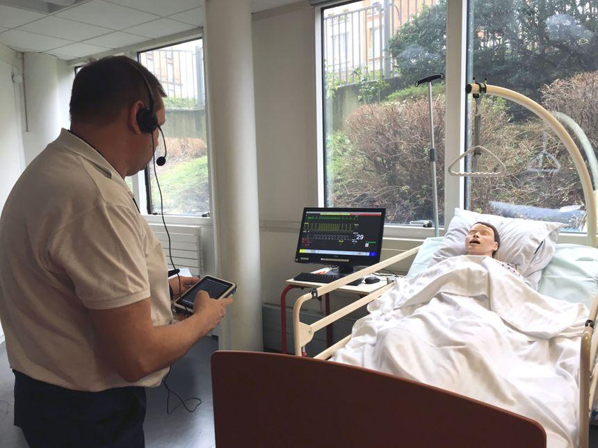 A distance, le formateur peut paramétrer le mannequin pour simuler différents symptômes.