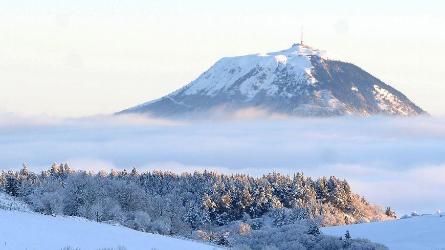 Le président de la République monte en petit train au sommet du Puy-de-Dôme pour soutenir la candidature à l'Unesco