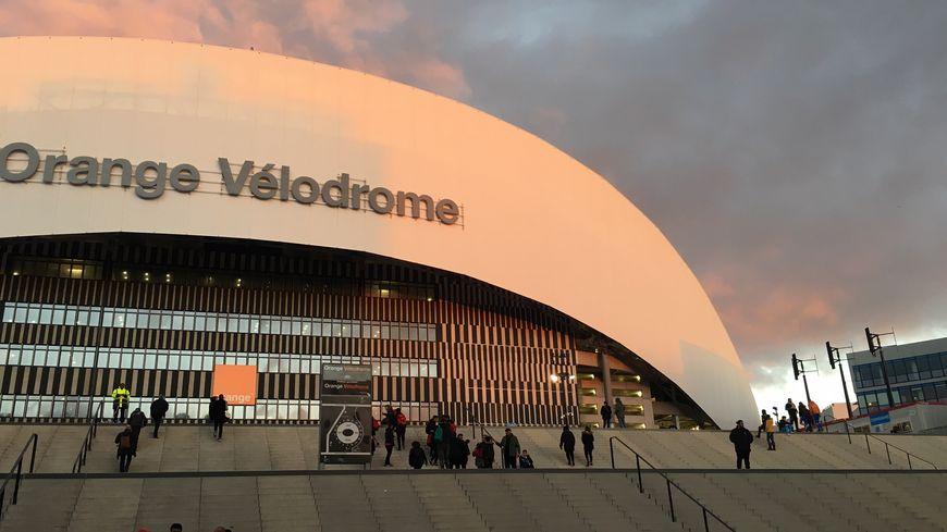 Soleil couchant sur le Stade Vélodrome (Marseille)