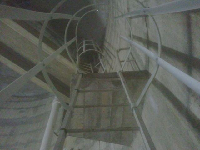 L'enfilade des deux échelles qui permettent d'accéder au bas de la cuve