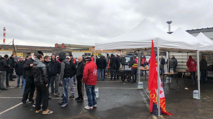 Une centaine de salariés s'est rassemblée devant l'usine Ascométal d'Hagondange ce jeudi.