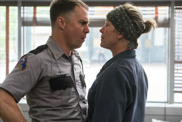 "Midred Hayes (Frances McDormand) face au chef de la police locale, Bill Willoughby (Woody Harrelson) dans ""3 Billboards"""