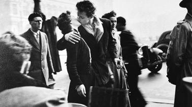 """""""Le baiser de l'hôtel de ville"""" Robert Doisneau 1950"""